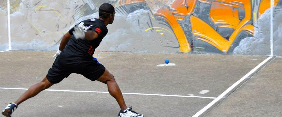 Joueur de balle au mur à l'extérieur