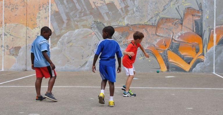 Enfants qui jouent à la balle au mur